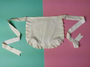 Het witte latex schortje met ruches van de honour latex rubber maids dress