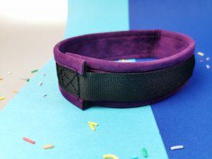 De collar uit de rimba soft bondage set, gezien van de achterkant. Je ziet dat je met een klittenbandstripje de collar kan sluiten