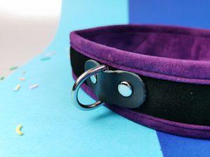 Close-up van de voorkant van de collar uit de rimba soft bondage set. Je ziet dat de d-ring vastgemaakt is met een stukje leer.