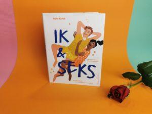 Het boek ik & seks door belle barbé. Op de voorkant van het boek zie je een illustratie van een jongen en meisje die tegen elkaar aanliggen, het ziet er lief en relaxed uit. Naast het boek ligt een roos.