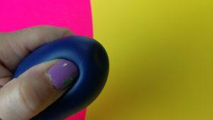 Ik druk met mijn duim de eikel van de blush real nude sumo in. Je ziet het materiaal indeuken.