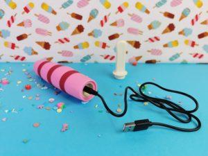Het sttokje is van het vibratordeel en de oplader zit in de cocksicle popsicle vibratorticklin' pink