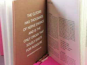 Je kijkt in het boek en ziet een grote quote op een lichtbruin gekleurde bladzijde.
