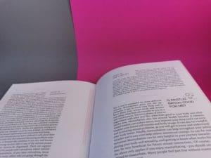 Twee pagina's met vragen die beantwoord worden in a celebration of vulva diversity
