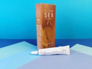 Het flesje slow sex clitoral balm voor het doosje.