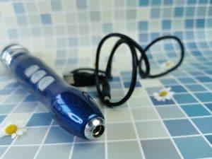 De doxy 3r met daarnaast het oplaadkabeltje. Je ziet het deel van de wand vibrator waar het stekkertje in moet.
