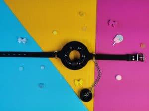 De master series pie hole silicone feeding gag met het dopje er af.