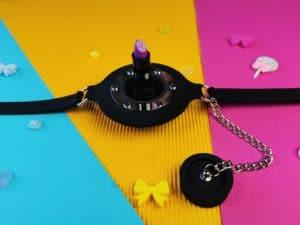 De master series pie hole silicone feeding gag met een lipstick in de opening