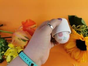 De iroha temari in mijn hand, zoals ik hem vast zou houden als ik 'm ging gebruiken.