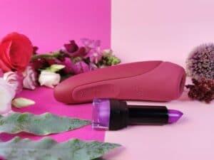 De satisfyer curvy 1+ voor een lipstick. Je ziet dat de curvy wat groter is, maar niet heel veel groter.