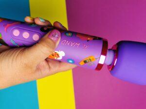 Le wand feel my power in mijn hand, op mijn nagel zit een sticker met de tekst 'feel my power'