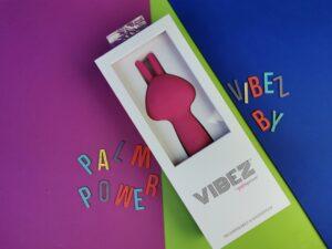 De vibez by palmpower in de verpakking. Een rechthoekige witte doos met een doorkijkje.